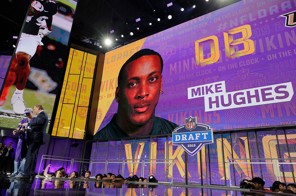 . Commissioner Roger Goodell poses with a fan after the Minnesota Vikings selected Central Florida\'s Mike Hughes during the first round of the NFL football draft, Thursday, April 26, 2018, in Arlington, Texas. (AP Photo/David J. Phillip)