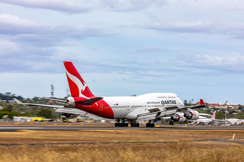 QANTAS Boeing B747-400ER VH-OEG landing at Rockhampton Airport 06-06-2019.