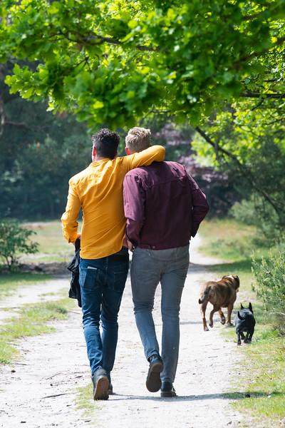 Henk, Arjen en hun honden op de hei in Hilversum
