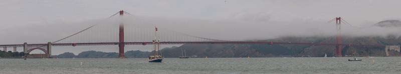 Die Golden Gate Bridge ist wie üblich im Nebel.