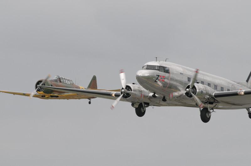 Die DC-3 Dakota flog zusammen mit einer Harvard.