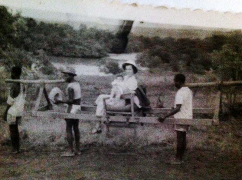 Lurdes Norberto Guimaraes e filha Lena sendo transportadas na tipoia