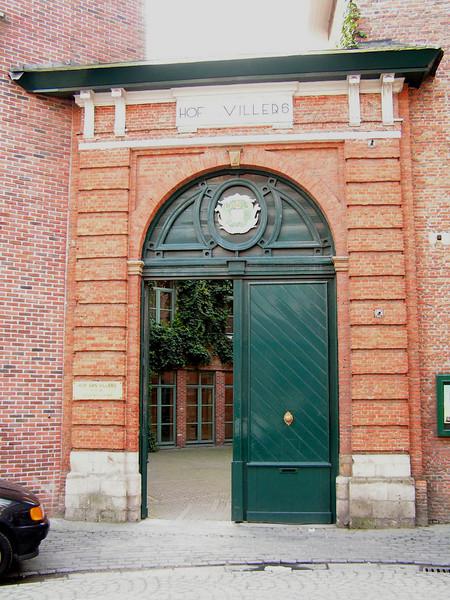 Nu zijn we beland aan 'De Persoonshoek' en gaan zo richting 'De Melaan' met hier 'Hof van Villers' nu een 'Seniorendorp', residentie voor senioren.