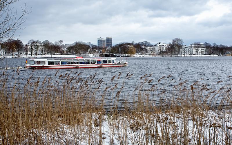 Außenalster Hamburg im Winter mit Schnee und Alsterdampfer Mundsburg Türme