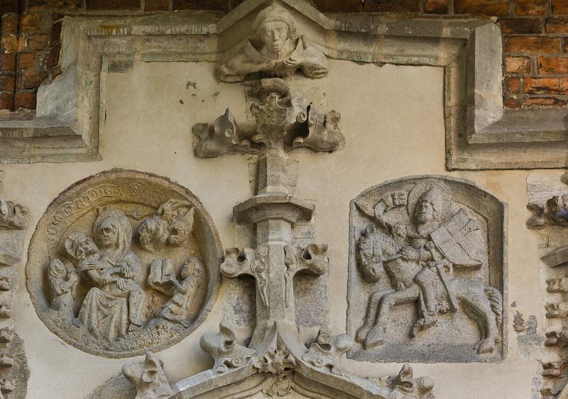 Frankfurt/Oder, St. Marien. Sandsteinportal, Detail: Pieta und hl. Georg