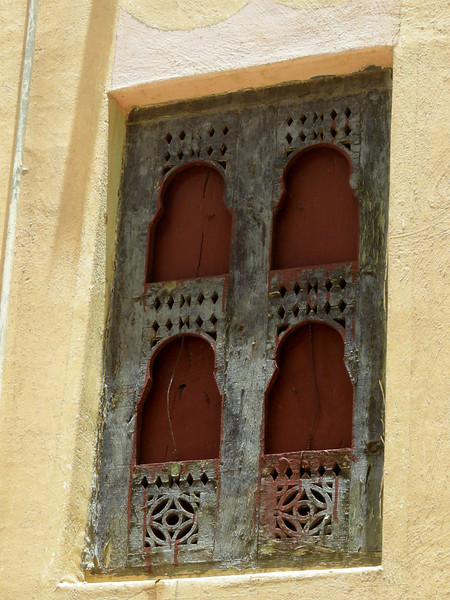 painted window shutters in Sif