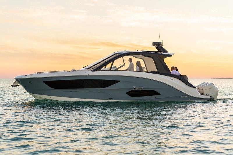 2021-Sundancer-370-Outboard-DAO370-lifestyle-port-profile-friends-00550.jpg