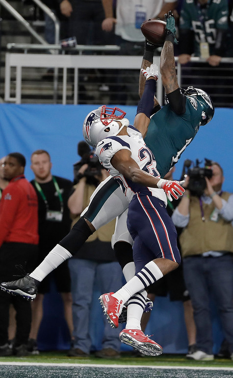 . Philadelphia Eagles\' Alshon Jeffery, right, catches a touchdown pass over New England Patriots\' Eric Rowe during the first half of the NFL Super Bowl 52 football game Sunday, Feb. 4, 2018, in Minneapolis. (AP Photo/Matt Slocum)