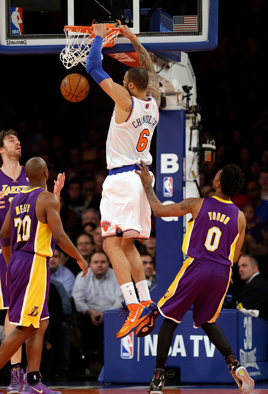 . New York Knicks\' Tyson Chandler, center, dunks over Los Angeles Lakers defenders during the second half of an NBA basketball game at Madison Square Garden, Sunday, Jan. 26, 2014, in New York. The Knicks defeated the Lakers 110-103. (AP Photo/Seth Wenig)