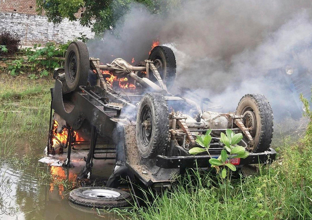 . A police jeep that was set ablaze by protesters against the spurious meals given to children at a school on Tuesday, is pictured at Chapra in the eastern Indian state of Bihar July 17, 2013. At least 20 children died and dozens were taken to hospital with apparent food poisoning after eating a meal provided for free at their school in the district of Chapra in the eastern Indian state of Bihar, the education minister said on Wednesday, sparking violent protests. REUTERS/Stringer