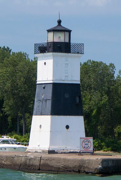 Erie Harbor North Pier Light