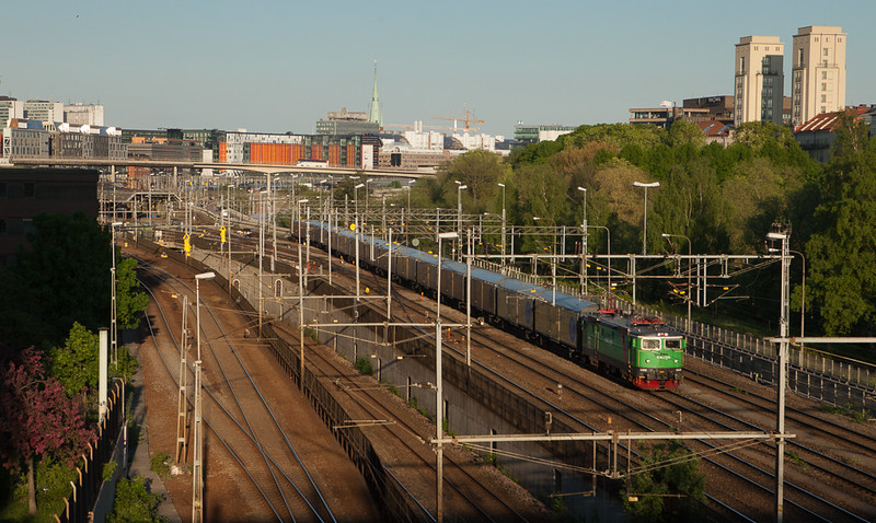 Green Cargo Rc6 1322 leads the mail train 9826 out of Stockholm Central and through Karlberg.