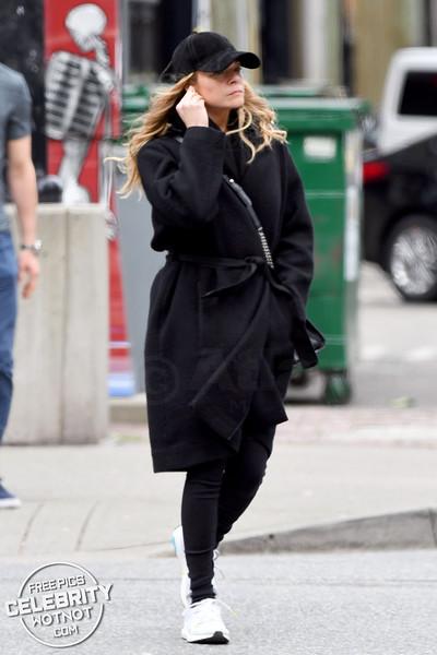 LeAnn Rimes Almost Unrecognizable Using Wireless Headphones In Canada