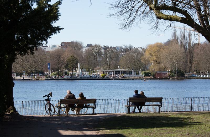 Außenalster Hamburg mit Parkbänken und Spaziergängern