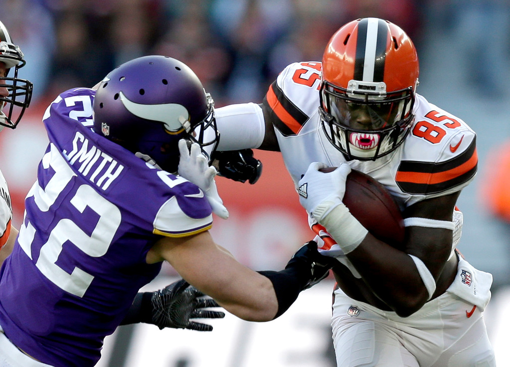. Cleveland Browns tight end David Njoku (85) holds off Minnesota Vikings safety Harrison Smith (22) during the first half of an NFL football game at Twickenham Stadium in London, Sunday Oct. 29, 2017. (AP Photo/Tim Ireland)