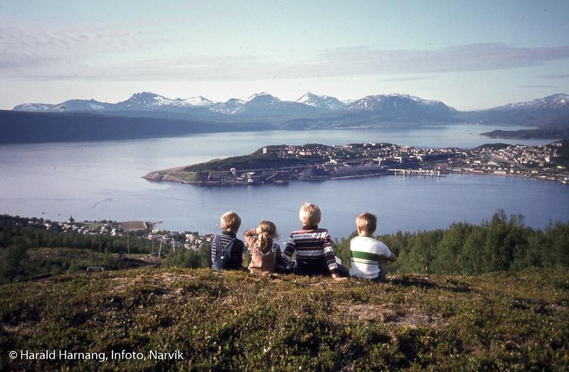 Fire barn i forgrunnen, med deler av Ankenes og hele Narvik bak. Barn fra venstre: Andreas Harnang, Marie Harnang, ?, ?