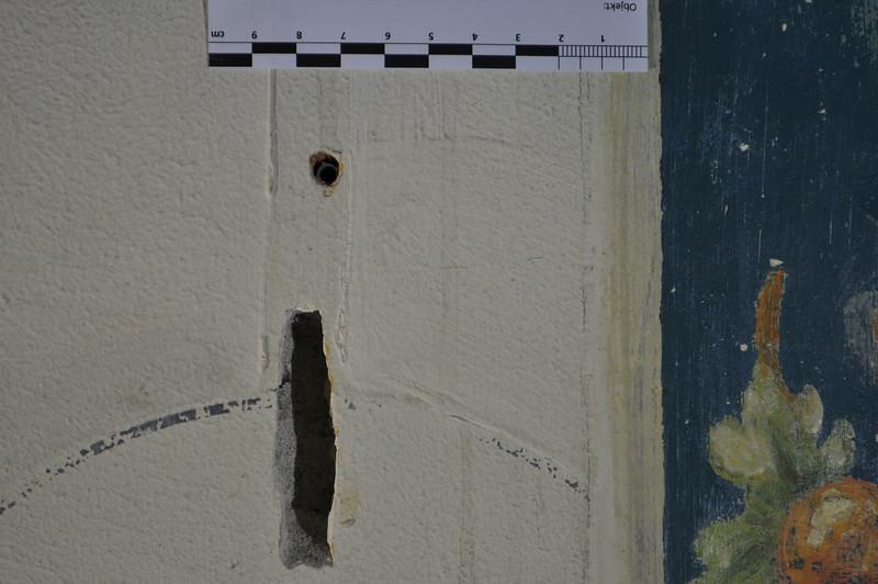 Spuren einer elektrischen Installation. Sie liegt zeitlich zwischen zwei weissen Dispersionsanstrichen. DSC_0036