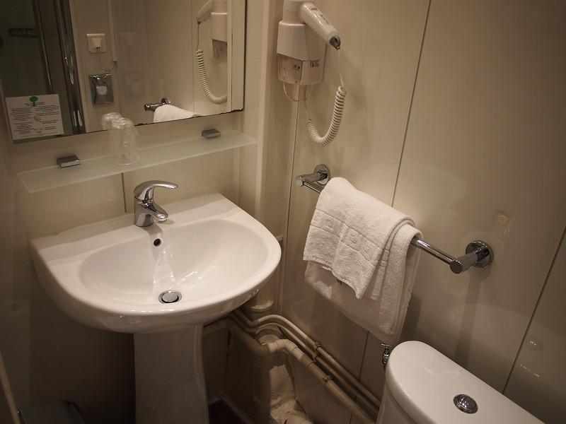P7276331-bathroom-hotel-rouen-cathedrale.JPG