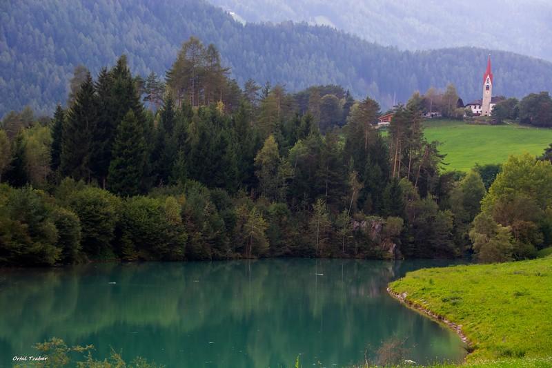 אגם על הדרך.jpg