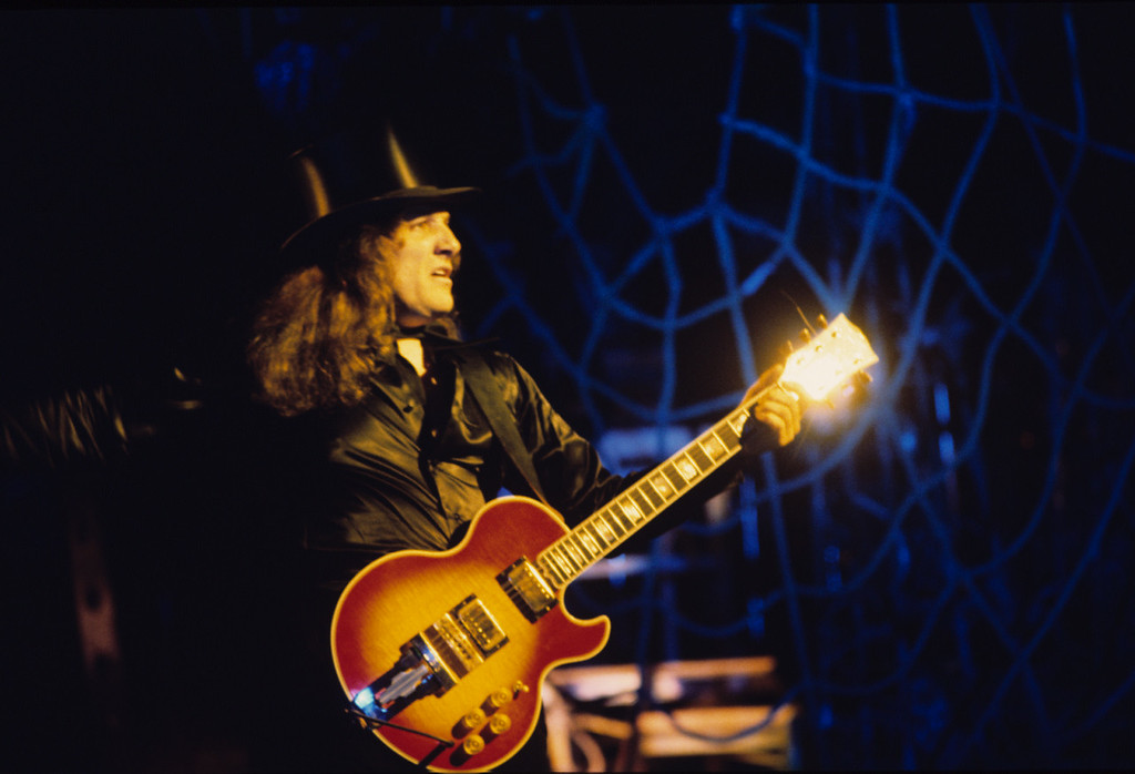 . Dick Wagner performs during Alice Cooper\'s Welcome to My Nightmare Tour in 1976. Photo by Neal Preston