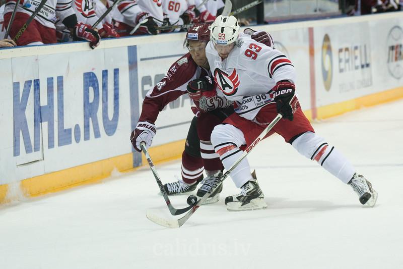 Alexei Vasilevsky (93) blocks Gunars Skvorcovs (13) of Dinamo Riga