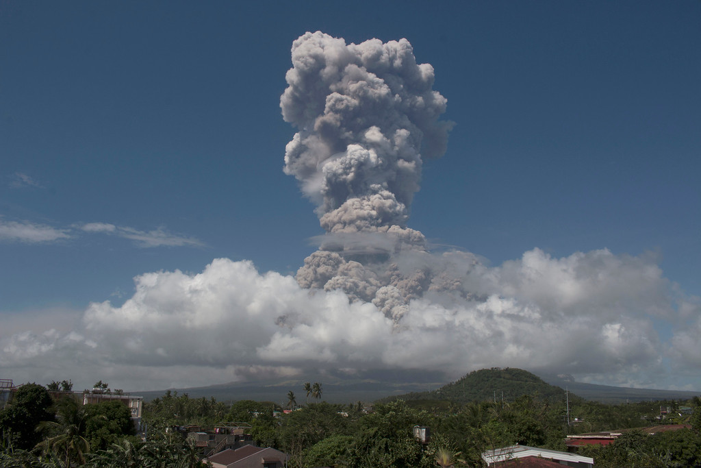 . A huge column of ash shoots up to the sky during the eruption of Mayon volcano Monday, Jan. 22, 2018 as seen from Legazpi city, Albay province, around 340 kilometers (200 miles) southeast of Manila, Philippines. The Philippines\' most active volcano erupted Monday prompting the Philippine Institute of Volcanology and Seismology to raise the Alert level to 4 from last week\'s alert level 3. (AP Photo/Earl Recamunda)