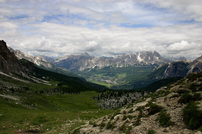 D_005.Zicht op Cortina  d' Ampezzo van aan de Croda da Lago.JPG