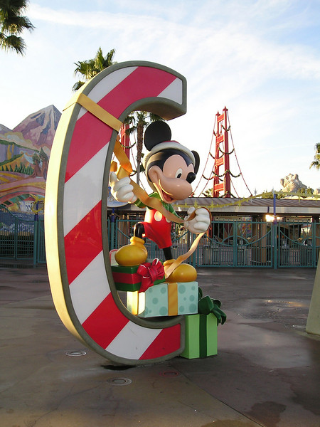 ""\""""C"""" in giant CALIFORNIA outside California Adventure decorated for xmas.""450|600|?|en|2|58393fb45a9d91589ba2ba5572a79027|False|UNLIKELY|0.3140595257282257