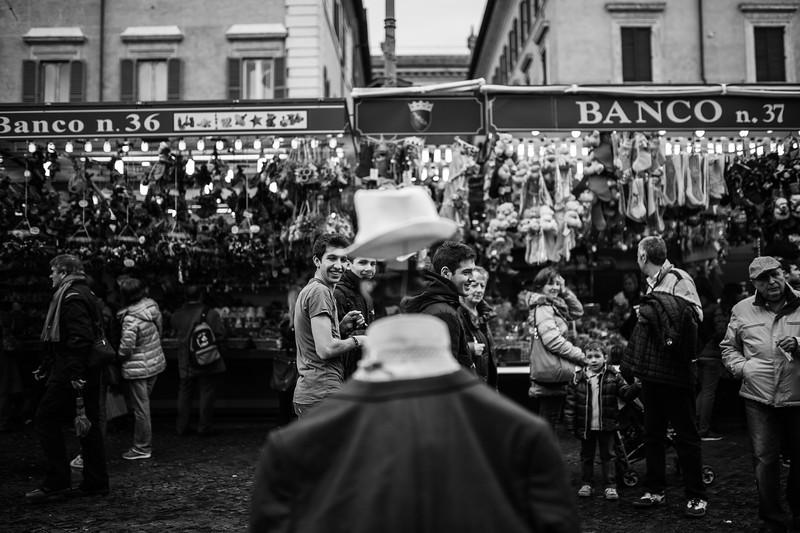 passanti guardano un artista di strada - Piazza Navona