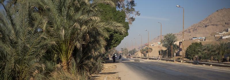 Carretera de Lúxor a Aswan. Poblado Nubio en la ribera del Nilo.