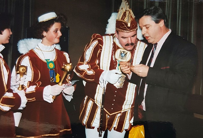 Frans Hendriks reikt de eerste stikken uit met zijn reclame