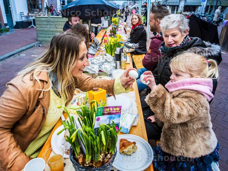 Paasontbijt op de Prins Hendrikstraat - DEN HAAG 6 APRIL 2015 - FOTO NICO SCHOUTEN