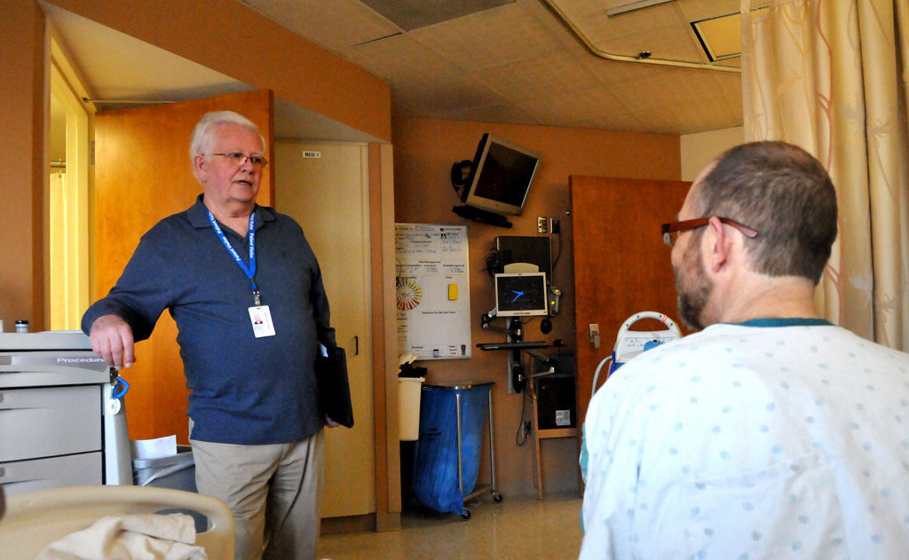. Jerry Nelson, talks to kidney recipient Chris Lawson from Lino Lakes in his hospital room at University of Minnesota Medical Center, Fairview. (Pioneer Press: John Doman)