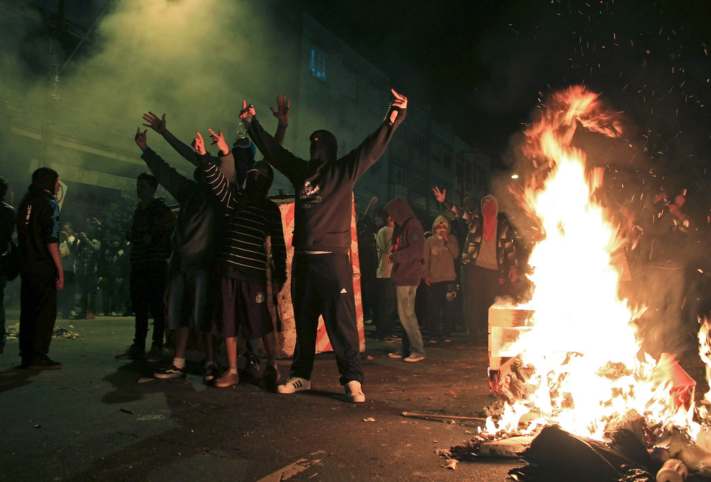 . Demonstrators build a bonfire to impede the arrival of the police during one of the many protests around Brazil\'s major cities in Porto Alegre June 17, 2013. As many as 200,000 demonstrators marched through the streets of Brazil\'s biggest cities on Monday in a swelling wave of protest tapping into widespread anger at poor public services, police violence and government corruption. REUTERS/Gustavo Vara