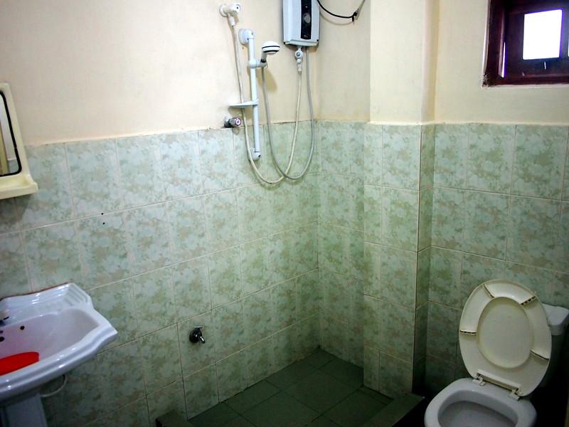 P2148302-golden-view-bathroom.JPG