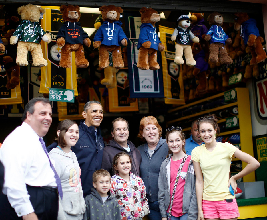 . U.S. President Barack Obama and New Jersey Governor Chris Christie (L) pose for a picture with holiday makers on the boardwalk at Point Pleasant in New Jersey, May 28, 2013.  REUTERS/Jason Reed