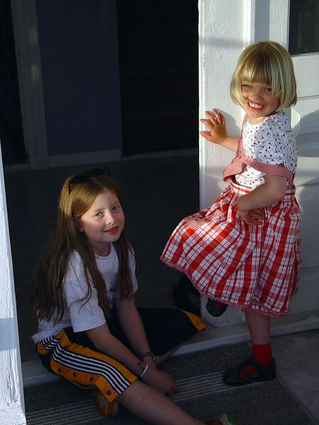 Amalie og Hilde Maberg 18 mai 2002.JPG