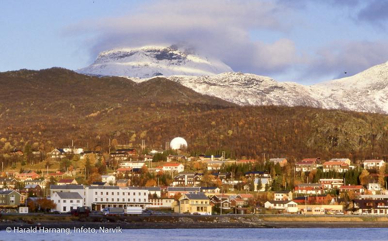 Bjerkvik, fotografert omlag fra småbåthavna. Leigastind i bakgrunnen.