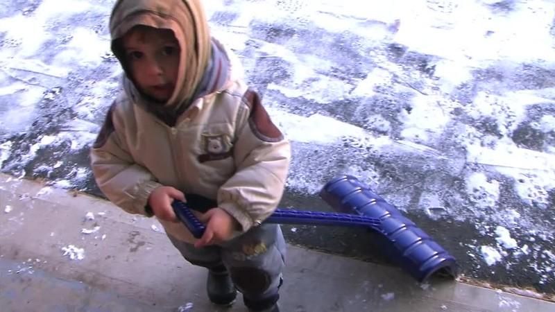 2008-11-12 Shovelling Snow.mov