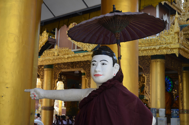 DSC_3740-shwedagon-paya-pointing-man.JPG
