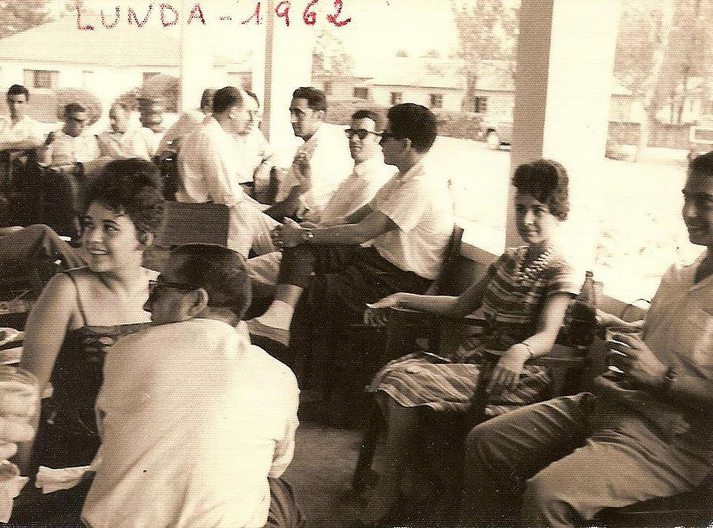 Andrada 1962- casa dos enfermeiros Amaral em frente ao hospital indigena Casamento da ISABEL AMARAL Ze' Pereira ao fundo, o Gigante, o Ze' Gameiro e o Robalo ao centro. Em primeiro plano: de costas o Romano,Vera Lucia ( Júlio Conceição), do lado oposto a Justina Ferraz e o João Ferraz