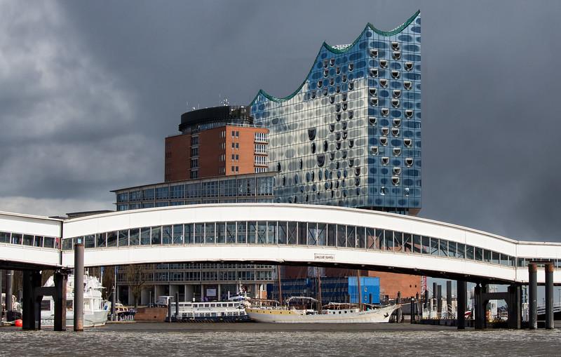 Elbephilharmonie Hamburg ohne Kräne mit Überseebrücke
