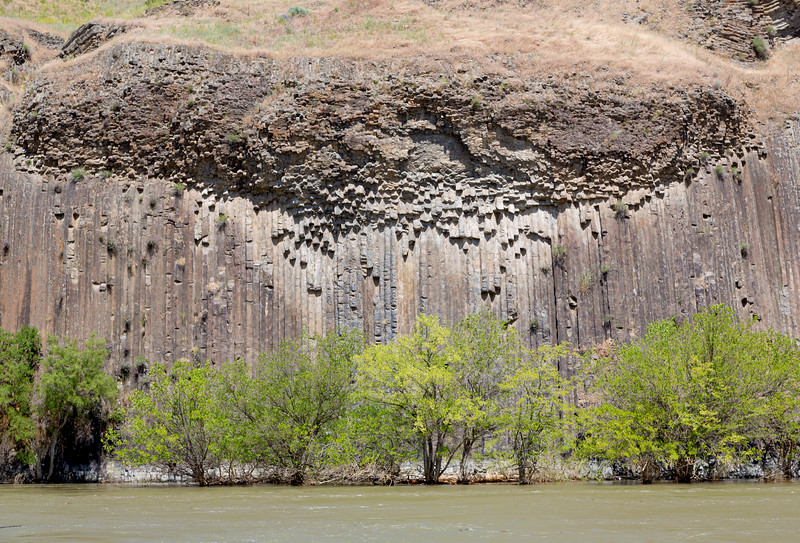 Columnar jointing of lava as it solidified ...