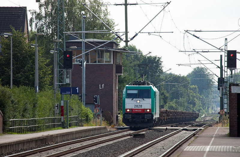 2828 northbound with a brace of low-side gondolas in Lindern. Again, this train is a detour off the Aachen-Cologne line.