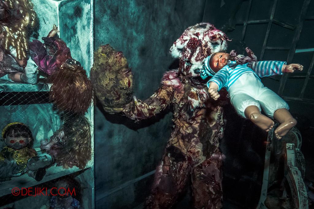 Halloween Horror Nights 6 - Bodies of Work / Killer Bear, shelves of dolls
