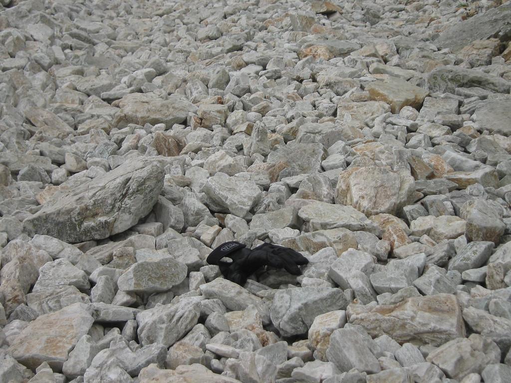 Gelukkig legde ik ooit een handschoen neer om aan te tonen hoe groot die losliggende stenen wel zijn...