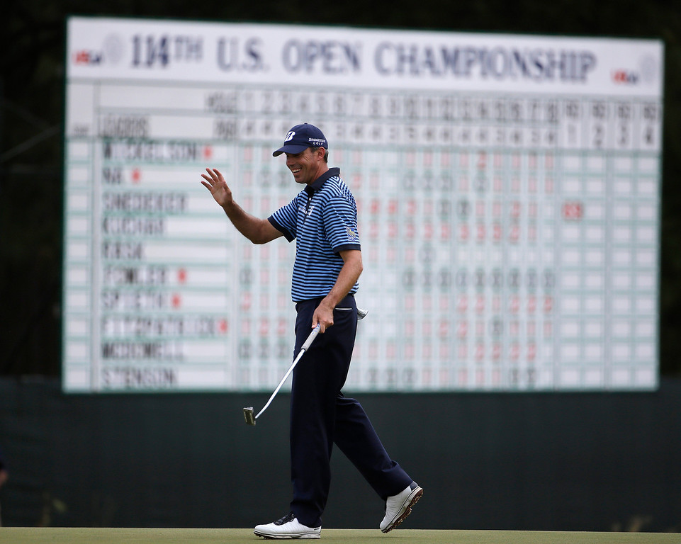 . Matt Kuchar waves after making a putt on the 18th hole during the first round of the U.S. Open golf tournament in Pinehurst, N.C., Thursday, June 12, 2014. (AP Photo/David Goldman)