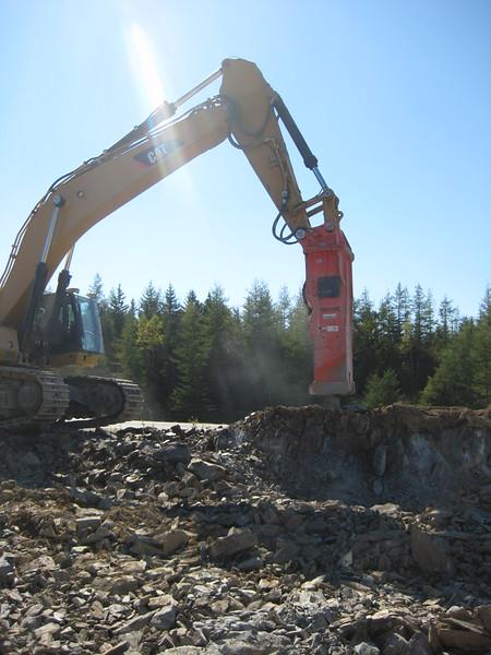 NPK GH40 hydraulic hammer on Cat excavator (9).jpg