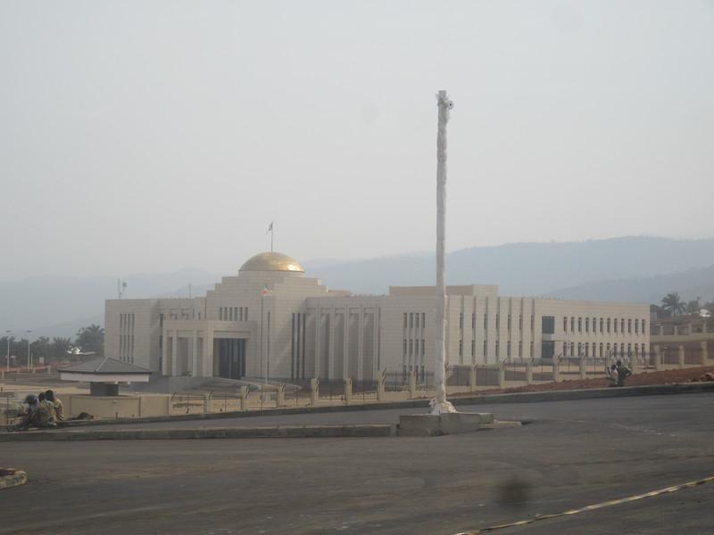 021_Bujumbura. Parlement. Payé par les Chinois.JPG