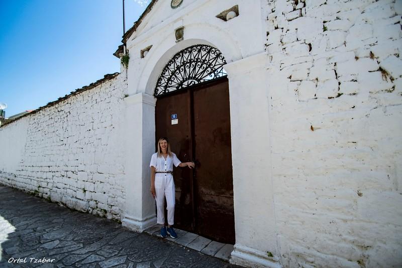האשה בלבן ובית הכנסת ביואנינה.jpg